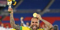 Daniel Alves tem até sexta para acertar com times do Brasil